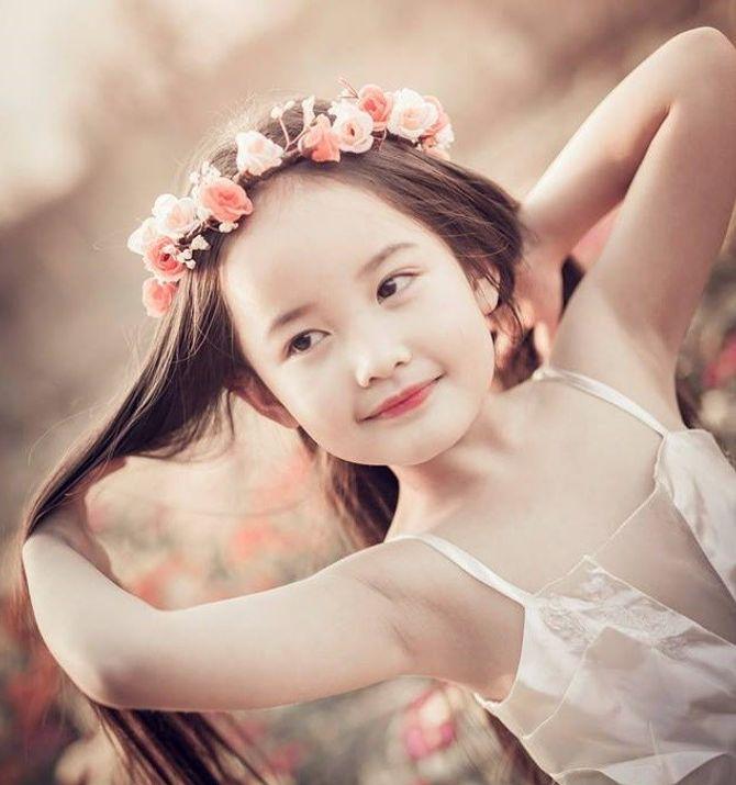 Được biết, cô bé đang gây sốt cộng đồng mạng có tên Trần Bảo Thy , sinh  ngày 11/6/2008, đang là học sinh lớp 1A4, trường Tiểu học Đại Yên, Hà Nội.