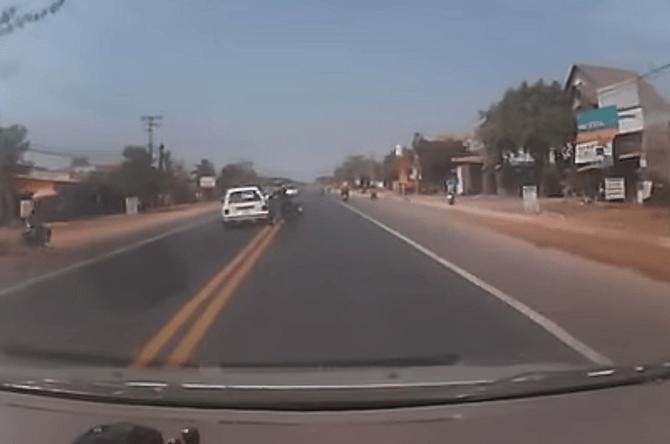 Video: Thót tim cảnh ô tô tránh xe máy sang đường trên QL 1A
