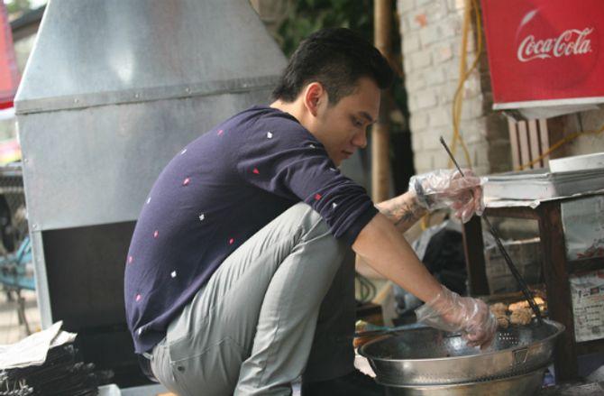 Khắc Việt bỏ hát đi bán bún chả kiếm tiền? - Ảnh 1