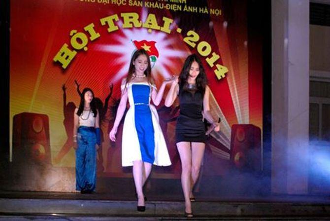 Sinh viên Sân khấu Điện ảnh Hà Nội nóng bỏng chào ngày 26/3 - Ảnh 7