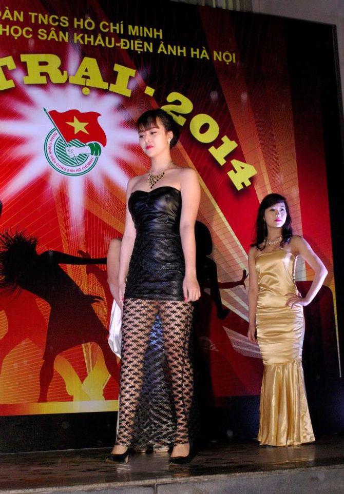 Sinh viên Sân khấu Điện ảnh Hà Nội nóng bỏng chào ngày 26/3 - Ảnh 9