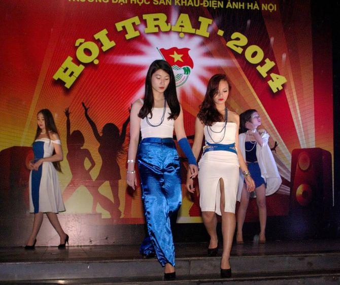 Sinh viên Sân khấu Điện ảnh Hà Nội nóng bỏng chào ngày 26/3 - Ảnh 11