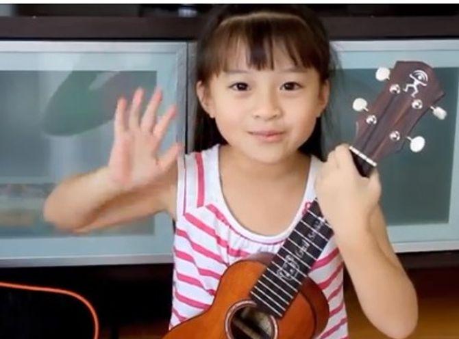 Cô bé 7 tuổi ôm đàn thể hiện bài hát Gift cực đáng yêu - Ảnh 1