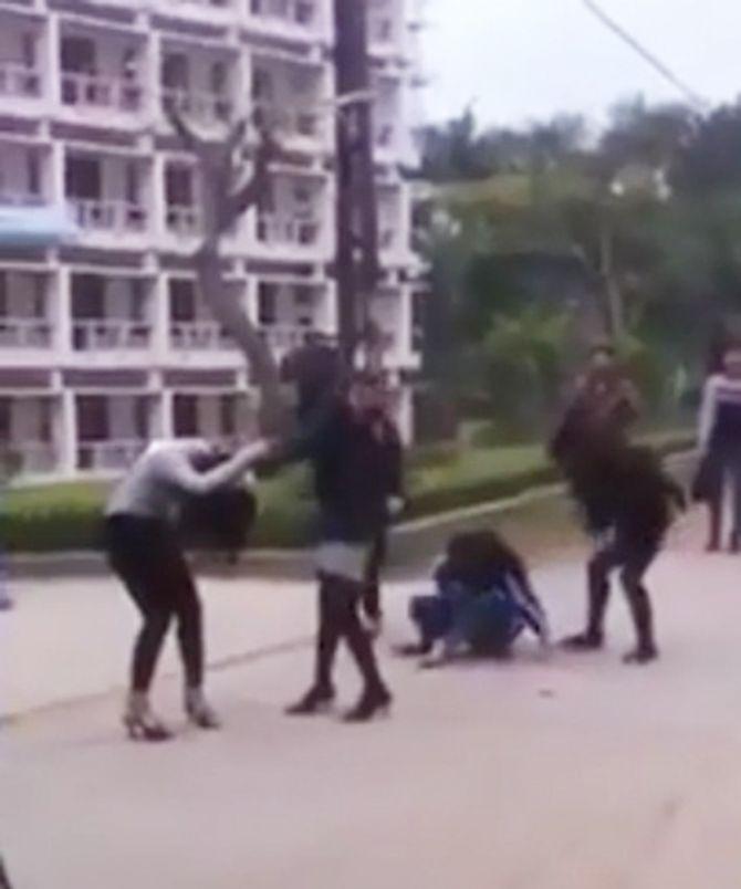 Chân dài, nữ sinh liên tiếp đánh nhau: Nữ giới ngày càng bạo? - Ảnh 2
