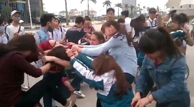 Bức xúc clip nữ sinh Bãi Cháy đánh nhau lột cả nội y của bạn - Ảnh 1