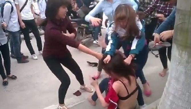 Bức xúc clip nữ sinh Bãi Cháy đánh nhau lột cả nội y của bạn - Ảnh 2