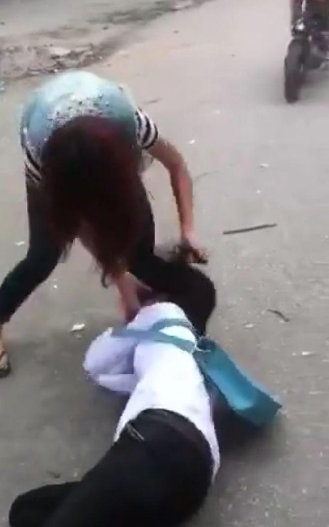 Nữ sinh đánh nhau, phang cả dép vào mặt bạn gây bức xúc - Ảnh 1