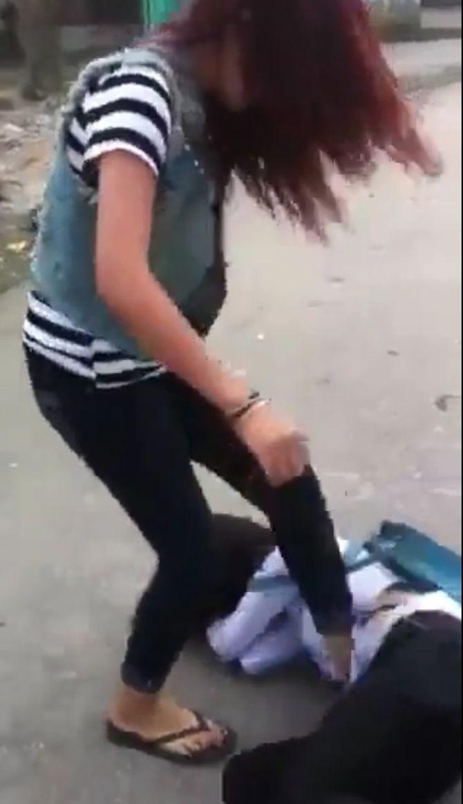 Nữ sinh đánh nhau, phang cả dép vào mặt bạn gây bức xúc - Ảnh 2