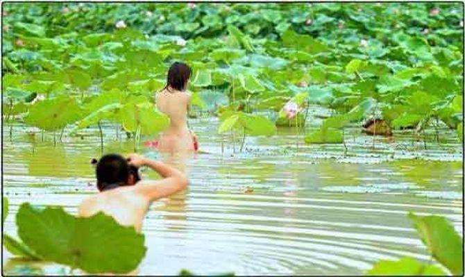 Sững sờ nhìn em gái khỏa thân uốn éo chụp ảnh bên hoa sen