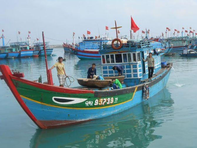 Ăn theo giàn khoan HD-981, tàu cá Trung Quốc lộng hành - Ảnh 1