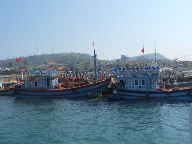 Ăn theo giàn khoan HD-981, tàu cá Trung Quốc lộng hành - Ảnh 2