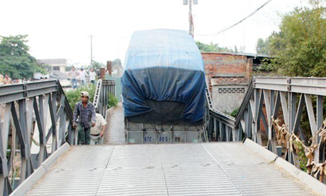 Xe chở 46 khối gỗ lơ lửng trên cầu sập - Ảnh 2
