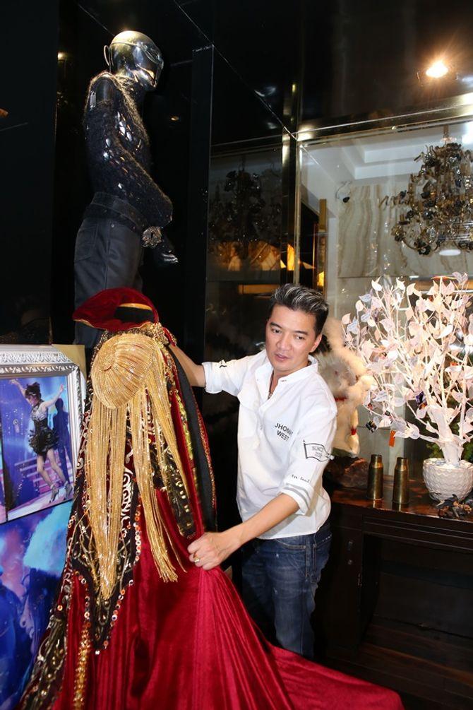 Mr Đàm khoe BST giải thưởng cất trong căn biệt thự sang trọng - Ảnh 6