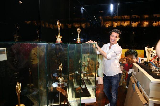 Mr Đàm khoe BST giải thưởng cất trong căn biệt thự sang trọng - Ảnh 7
