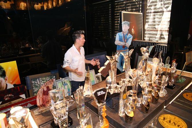 Mr Đàm khoe BST giải thưởng cất trong căn biệt thự sang trọng - Ảnh 8