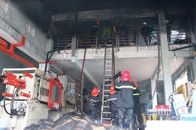 TPHCM: Xưởng in bao bì cháy lớn, công nhân hoảng loạn tháo chạy - Ảnh 1