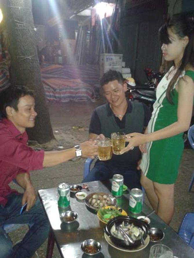 Theo chân một nữ tiếp thị bia: Đắng vị bia, chát vị đời - Ảnh 1