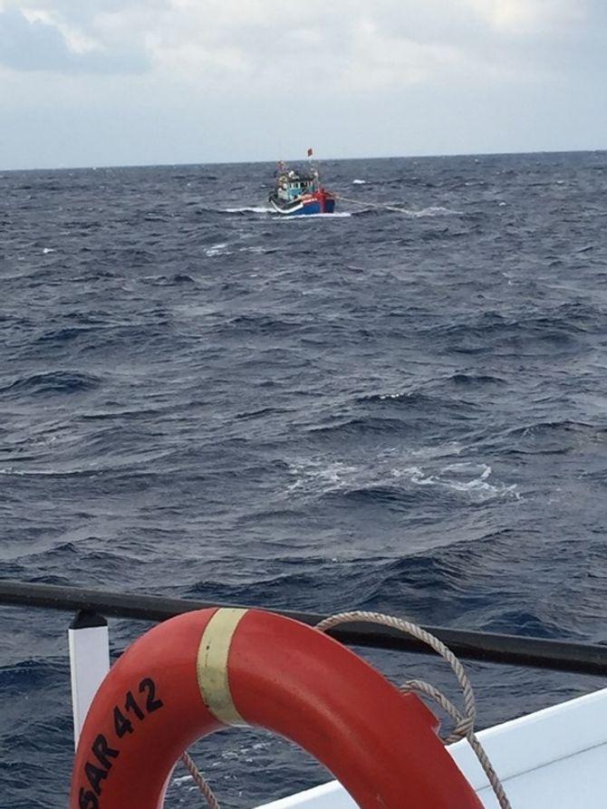 Cứu 8 ngư dân trên tàu bị gãy trục ở Hoàng Sa 4