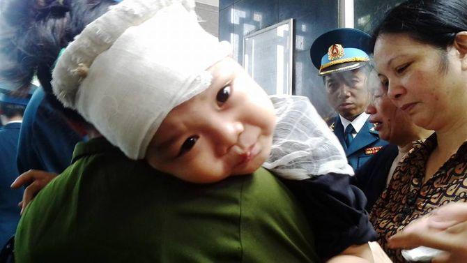 Rớt nước mắt hình ảnh con nhỏ của các chiến sĩ tại lễ tang - Ảnh 1