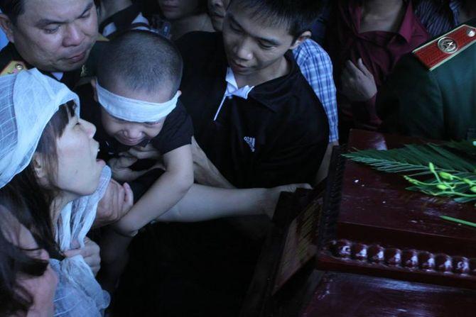 Rớt nước mắt hình ảnh con nhỏ của các chiến sĩ tại lễ tang - Ảnh 5