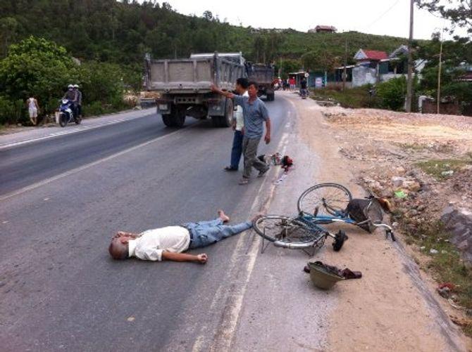 Xe khách tung cửa làm chết 1 người, 3 người nhập viện - Ảnh 2