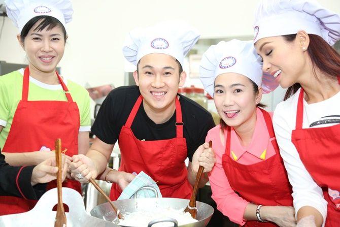 Trương Ngọc Ánh - Kim Lý tình tứ cùng vào bếp - Ảnh 7