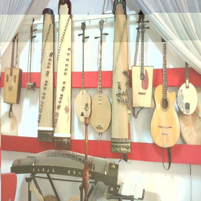 Những nhạc cụ trong nhà của nghệ sỹ.
