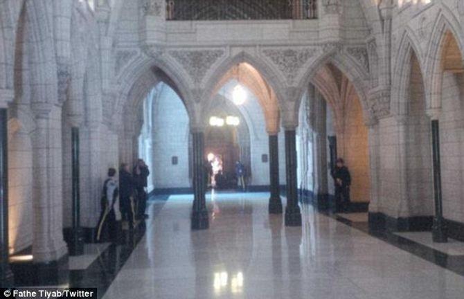 Hiện trường vụ xả súng kinh hoàng ở tòa nhà Quốc hội Canada - Ảnh 7