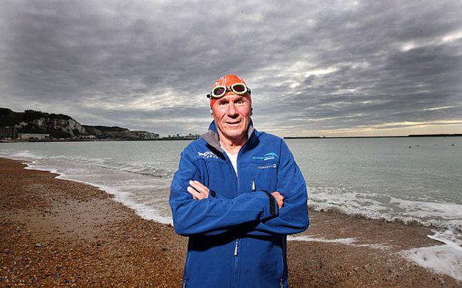 Cụ ông 70 tuổi lập kỷ lục thế giới bơi qua eo biển Manche