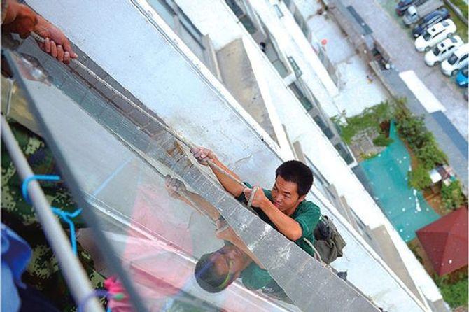 Bé trai cắt dây an toàn, công nhân treo lơ lửng giữa trời