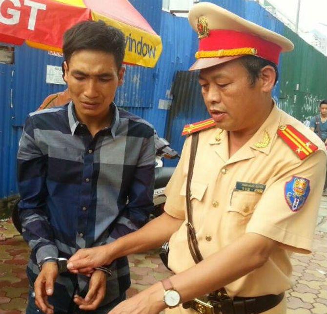 Thanh niên cứng mếu máo khi bị  cảnh sát 141 bắt giữ