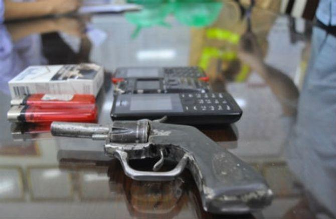 Hà Nội: Nam thanh niên mang súng colt đã lên nòng dạo phố - Ảnh 1