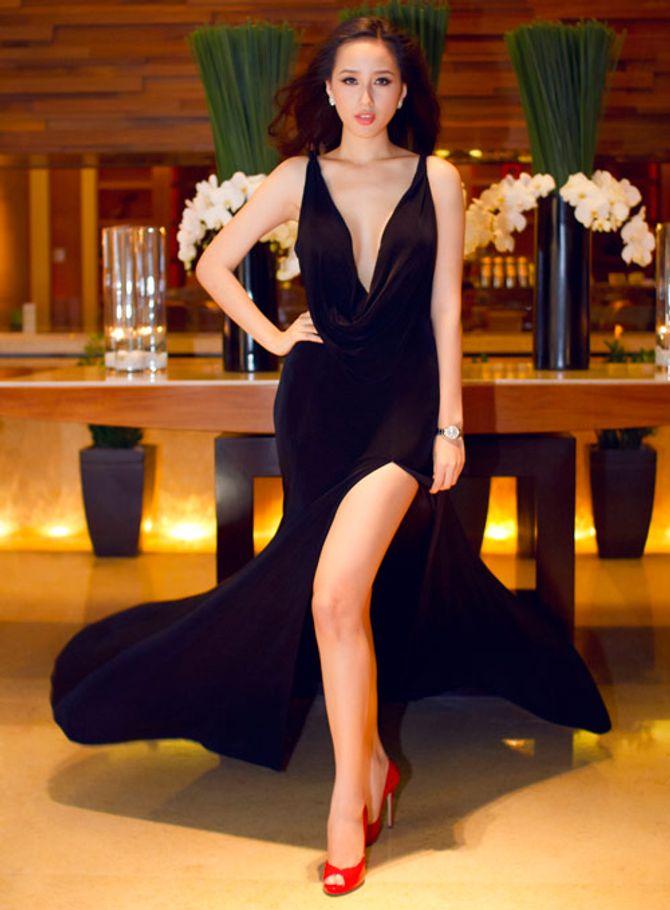 Mai Phương Thúy cực gợi cảm với váy xẻ đùi khoe chân dài bất tận