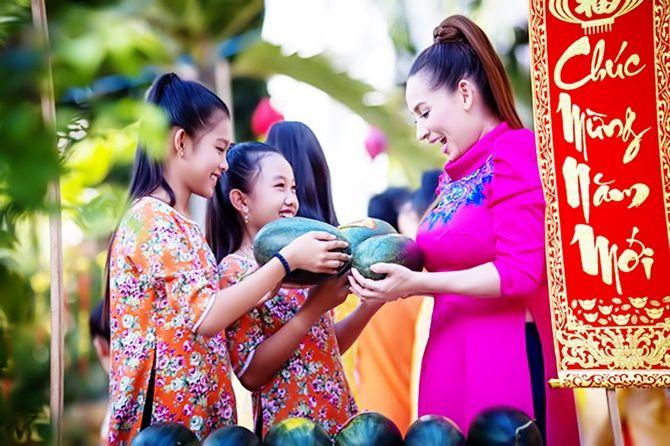 """Phi Nhung ra mắt MV """"Mùa xuân hạnh phúc"""" cùng 2 con gái nuôi"""