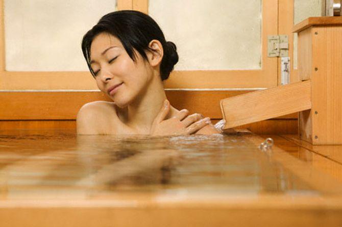 7 lý do bạn nên tắm nước muối biển vào buổi tối
