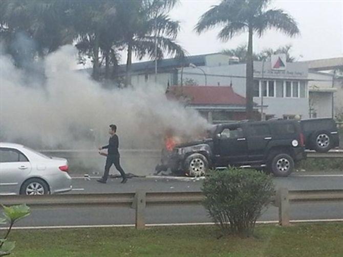 Hummer 4 tỷ bốc cháy trên cao tốc Láng - Hòa Lạc, tài xế bất lực 4