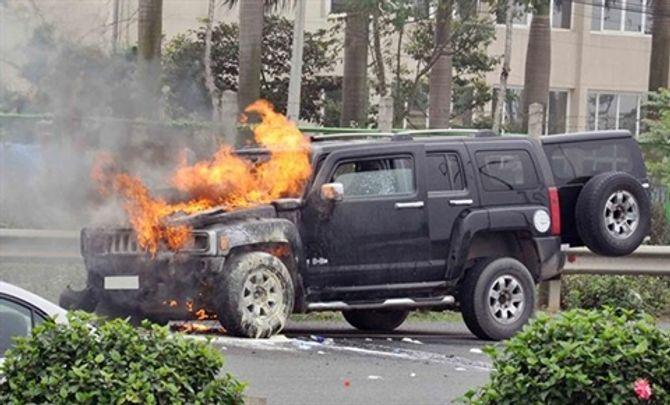 Hummer 4 tỷ bốc cháy trên cao tốc Láng - Hòa Lạc, tài xế bất lực 5