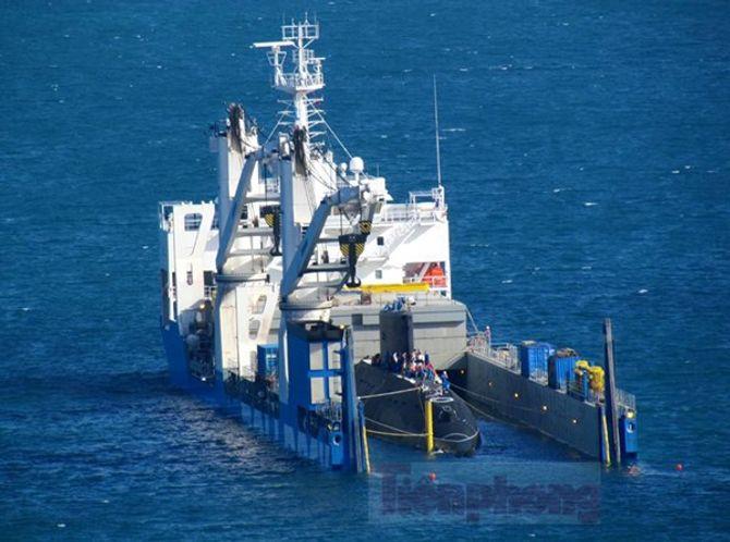 Hình ảnh hạ thủy tàu ngầm Hải Phòng tại vịnh Cam Ranh 4