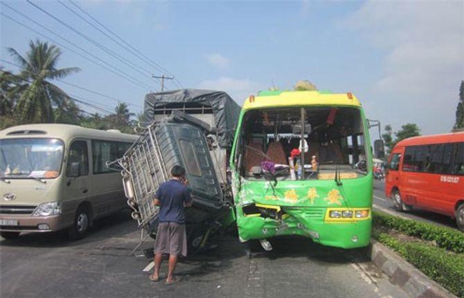Hành khách hoảng hồn khi xe khách tông xe tải rơi cabin 4