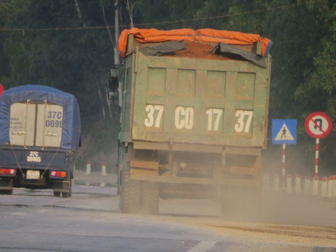 Kỳ 2: Xe quá tải tung hoành cày nát đường ở Nghệ An như thế nào? - Ảnh 1