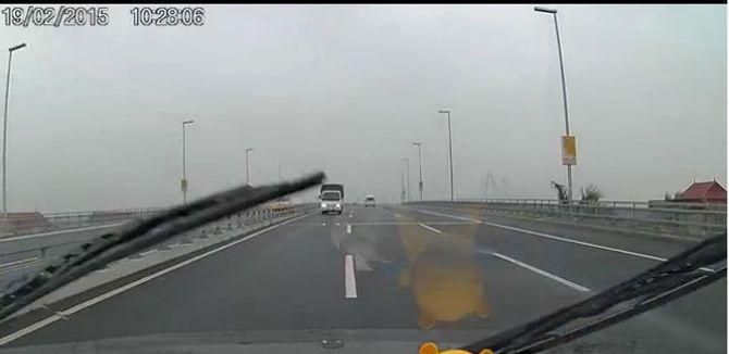 Truy tìm xe tải chạy ngược chiều trên cầu Nhật Tân sáng mùng 1 Tết