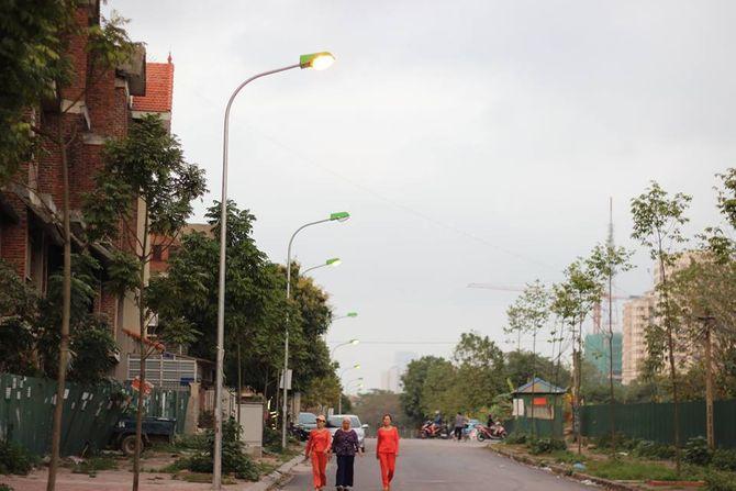 Hà Nội: Phó Chủ tịch phường Trung Văn phì phèo thuốc trong trụ sở 2