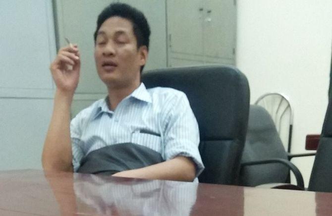 Hà Nội: Phó Chủ tịch phường Trung Văn phì phèo thuốc trong trụ sở 4