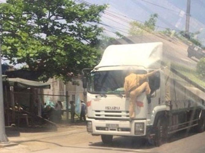 CSGT bám đầu xe tải yêu cầu tài xế dừng xe - Ảnh 1