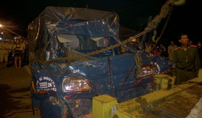 Va chạm với xe tải, cả gia đình thiệt mạng  - Ảnh 2