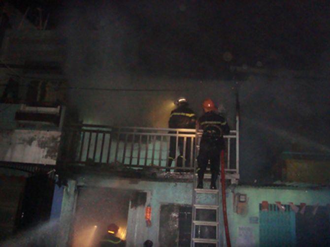 Bé trai tử vong, 2 người bị thương nặng trong căn nhà bốc cháy 4