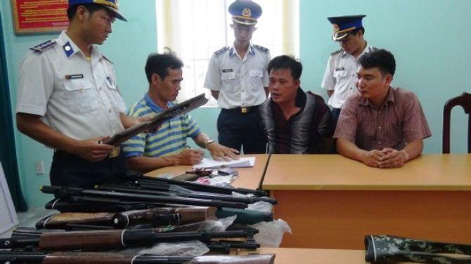 Cảnh sát biển khống chế đối tượng, bắt giữ lô súng khủng