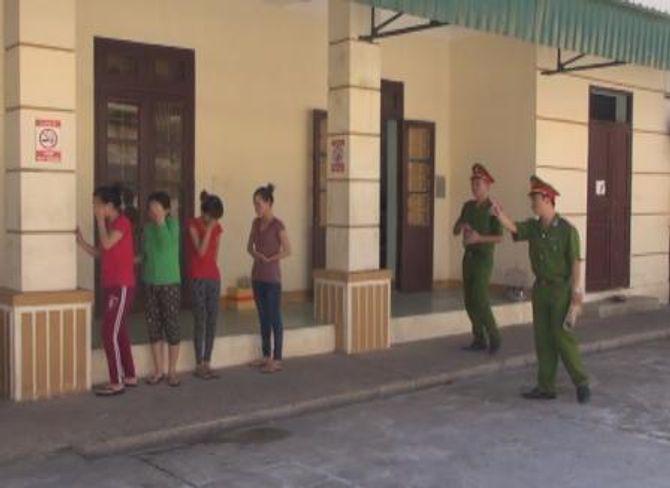 Bắt 4 cô gái massage kích dục để trộm tiền của
