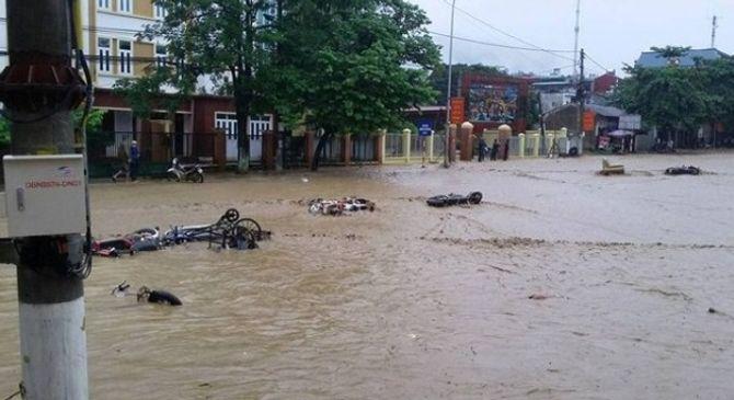 Vỡ đập, 4 người bị nước cuốn, cả trăm xe máy trôi đầy đường