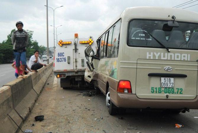 Xe khách va vào xe hút bụi, 15 hành khách hoảng loạn